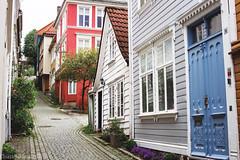 Bergen. (sullen_snowflakes) Tags: case hoses strada street canon fiori flowers norvegia norway bergen