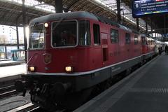SBB Lokomotive Re 4/4 II 11145 bzw. Re 420 145 - 5 ( Hersteller SLM Nr. 4677 - BBC MFO SAAS - Baujahr 1967 mit Einholmstromabnehmer ) am Bahnhof Basel SBB im Kanton   Basel Stadt der Schweiz (chrchr_75) Tags: albumzzz201610oktober christoph hurni chriguhurni chrchr75 chriguhurnibluemailch oktober 2016 hurni161018 bahn eisenbahn schweizer bahnen zug train treno albumbahnenderschweiz2016712 albumbahnenderschweiz schweiz suisse switzerland svizzera suissa swiss albumsbbre44iiiii lok lokomotive sbb cff ffs schweizerische bundesbahn bundesbahnen re44 re 44