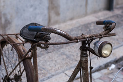 Vieja Bicicleta - Old Bicycle (i.puebla) Tags: espaa spain catalua catalonia ciudad city girona calle callejeando cascoviejo street streetview streetphoto oldtown bicicleta bicycle bike vieja old dof profundidaddecampo airelibre nikon d3000 50mm
