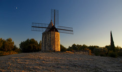 Moulin A.Daudet (Malain17) Tags: automne herbst sunset nature night light landscape yellow orange trees provence moulin coucherdesoleil sky pentax paysage