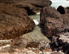 Llacoln (Abel Dorador) Tags: playa beach canon t3i 1750 28 tamron octubre october 2016 spring primavera mar ocean oceano sea rocas rocks olas waves gaviota blue sky cielo azul despejado clear