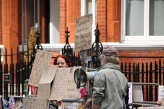 Protestors at the Ecuadorian Embassy (Ian Press Photography) Tags: london julian protest embassy protesting protestors ecuadorian wikileaks assange