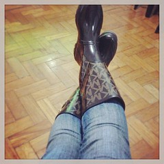 Look compras na chuva com direito a Rain boots MK @fashion_kors  #mk #michaelkors #rainboots #galocha #ootd ([J]ckie  .) Tags: square outfit squareformat mk rainboots earlybird michaelkors galocha iphoneography instagramapp uploaded:by=instagram