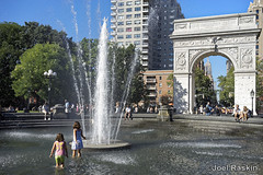 Washington Square Park (Joel Raskin) Tags: washingtonsquare nyc summer wading fountain children washingtonsquarearch washingtonsquarefountain triumphalarch parks cityscape city urbanparks people sony a7ii a7m2 washingtonsquarepark