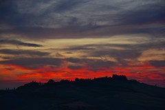 Total Madness (Antonio Cinotti ) Tags: andscape paesaggio toscana tuscany italy italia siena sunset tramonto campagnatoscana cretesenesi asciano nikond7100 nikon d7100 nikon1685 vescona