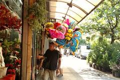 vendendo cor 2 (luyunes) Tags: bolas bales ambulante vendedoresderua motomaxx luciayunes