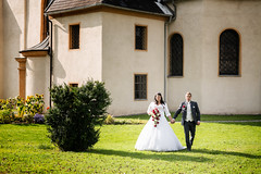 im Kirchhof (hansschrotthofer) Tags: brautpaar kirchhof hochzeit hochzeitsfotografie