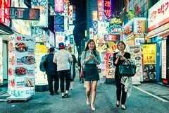 Neon Lit Sidestreet (Jon Siegel) Tags: nikon d810 sigma 24mm 14 sigma24mmf14art 24mmf14 sigmaartlens girls boys men women fashion style korean korea seoul southkorea