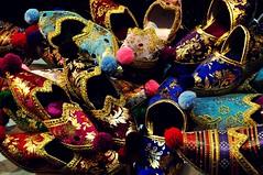 Aladdin's shoes (StellaDeLMattino) Tags: trip travel turkey nikon shoes colours market istanbul spices aladdin bazar spezie turchia misir carsisi d5000
