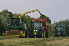 John Deere 8600 SPFH filling a Herron Trailer drawn by a John Deere 6195M Tractor being followed (Shane Casey CK25) Tags: john deere 8600 spfh filling herron trailer drawn 6195m tractor 6175r jd green self propelled forage harvester silage pit clamp mitchelstown silage16 silage2016 grass grass16 grass2016 winter feed fodder county cork ireland irish farm farmer farming agri agriculture contractor field ground soil earth cows cattle work working horse power horsepower hp pull pulling cut cutting crop lifting machine machinery nikon d7100 tracteur traktori traktor trekker trator cignik crops collecting collect