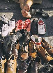 Cinderella (C_MC_FL) Tags: shoes street streetphotography legs vienna naschmarkt canon eos 60d tamron b008 18270 schuhe strase beine barfus barefoot markt wien fotografie photography viele many flohmarkt ground boden fleamarket