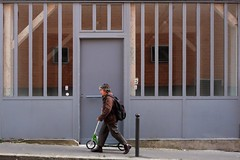 "267/366 (serie ""frame/cadre"") (Kairos !) Tags: frame cadre grey serie street urban city streetphotography streetphotographer conceptualimage conceptphotos 366 366days project366 fujifilm fujixt10"