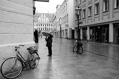 Augusta sotto la pioggia (chiararondoni) Tags: augusta augsburg bayern baviera monocromatico biancoenero blackandwhite pioggia rain raining ombrello umbrella travel travelling viaggio viaggiare germania germany deutschland fotografiadistrada streetphotografy