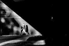 walk!! (Hendrik Lohmann) Tags: street streetphotography strassenfotografie strase menschen people dsseldorf df nikon light shadow bwstreet