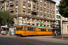 Dwag-Achtachser 4415 verlsst die um einen Huserblock fhrende innerstdtische Wendeschleife der Linie 23 am 'Mladezhki Teatar' (Frederik Buchleitner) Tags: 415 4415 achtachser bulgaria bulgarien blgariya duewag dwag gt8 gt8zr linie23 sofia stolitschenelektrotransportag strasenbahn streetcar tram trambahn tramvai     sofiacity blgariya dwag straenbahn tramvai
