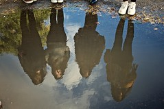 Reflection. (Sonisons) Tags: england inglaterra united kingdom naturaleza nature verde parque park sol sunny autumn otoo soleado hojas felicidad happiness aire libre nikon nikond5000 fotografa erasmus photography picture nottingham agua water reflection people girl gente chica