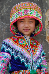 China - Guizhou - village Yixin (Rita Willaert) Tags: china children handmade embroidery kinderen patchwork guizhou miao minority handwork minorities etnic traditionalclothing zuidwest minderheden bijie rodedraadmiao