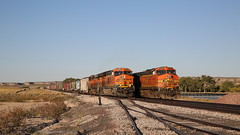 Passing trains (Maurits van den Toorn) Tags: trein train zug freighttrain railway eisenbahn bnsf wyoming usa american plain orange