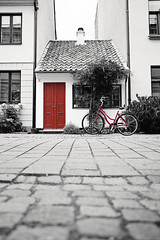 malmbike (s.f.p.) Tags: malm sweden northern europe scandinavia cutout cut out red black white street house buildings bike bycicle vertical travel canon 2470l 5dmii