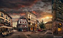 Puesta de sol en Colmar, Alsacia, Francia (dleiva) Tags: architecture panorama panoramic dleiva domingo leiva hautrhin timber framed france dusk photography street sunset old town colour image horizontal colmar alsace outdoors history illuminated incidental people building exterior avenue cobblestone french culture