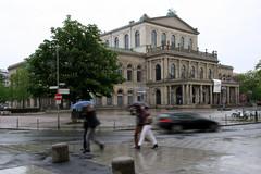 09-IMG_6298 (hemingwayfoto) Tags: architektur bauwerk city frwetteralbum flchten hannover innenstadt menschen opernhaus regen rennen schirm schlechteswetter