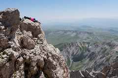 Relax vertiginoso (Pierpaolo.) Tags: gransasso cornogrande vettaorientale ferrataricci laquila campoimperatore abruzzo italia italy italian montagna mountain montagne mountains vertigo rocce rocks sole sun warm caldo estate summer july luglio 2016 people persone escursionismo trekking hiking top vetta sleep riposo panorama vista view landscape alto high scary pauroso coppia couple cielo sky bello bellissimo beautiful wonderful severe ambientesevero sonya5000 sony1650mm