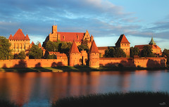 Malbork Castle at sunset (VandenBerge Photography) Tags: unescoworldheritage panorama poland sunset clouds sky castle historical ancienttown ancient river rivernogat travel europe canon reflection marienburg malbork teutonicorder crusaders
