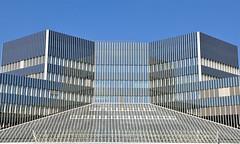BMW - Mnchen (Robert Lesti) Tags: bmw knorrstrase mnchen munich bayern bavaria nikond5000 glas symmetrisch blau himmel