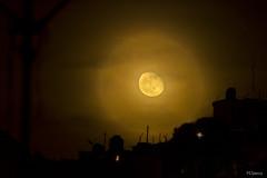 Luna Lunera (sierramarcos14695) Tags: quetzaltenango guatemala luna moon cielo nubes nuboso siluetas casas cerro explorando cotidianidades amarillo luz nocturna nocturno noche astrofotografia minolta rokkor