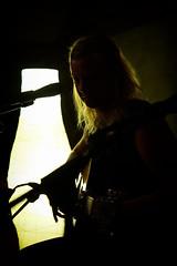 Licht und Schatten (Smo42) Tags: musiker person mikrofon sngerin frau gitarre lampe schatten licht portrait sonya58 sal1650