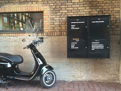 Pakhuis De Zwijger (Comicbase) Tags: zwijger pakhuis mailbox amsterdam brievenbus scooter
