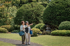 Hai, sou des (campra) Tags: japan aomori  hirosaki  fujita garden  park lady oldlady green