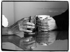 Confidencias (Luicabe) Tags: blancoynegro cabello caf cermica cristal enazamorado femenino humano interior luicabe luis mano monocromtico mujer reflejo taza vaso yarat1 zamora