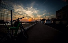 Vivo per queste cose. (Mattia S.) Tags: sunset sea sky sun net beach bike clouds canon landscape lights landscapes tramonto nuvole mare mountainbike cielo mbk luci tramonti paesaggi 1022mm spiaggia 1022 rete prospettiva santasevera prospective marciapiede cirri eos7d uploaded:by=flickrmobile flickriosapp:filter=nofilter
