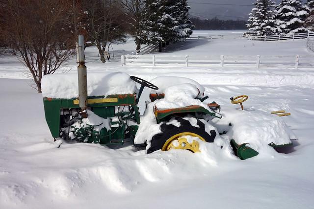 駐車場の片隅に置いてあるトラクターも、大雪でこのとおり。|キープファームショップ