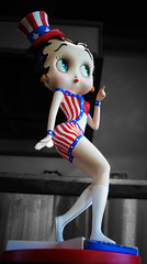 Betty Boop at the Beez Cafe (drburtoni) Tags: oregon portland betty portlandia bettyboop boop beez beezcafe