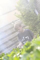 Ng een hulpje.  Ook Tom helpt met barbecuen. #og: (rubentijdlijn) Tags: og