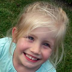 Bregje, die altijd lacht/Bregje, always smiling (truus1949) Tags: portret kinderen kleinkind
