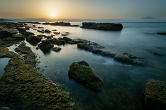 Se retira la Bruma (J13Bez) Tags: amanecer costa guadalmesi mar nd1000 rocas sol bruma sun coast sea cloud agua estrecho 1020mm d3200 serenidad