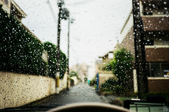 Rainy day/Car/Raindrops (yasu19_67) Tags: rain raindrop car alley atmosphere photooftheday film filmism filmphotography bokeh nikonl35ad2 fujicolor expiredfilm 35mm osaka japan
