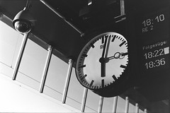 18:03 Uhr Mnster HBF (Mugelone) Tags: mnster bahnhof trainstation uhr clock blackwhite schwarzweis schatten shadow zug train kodaktrix ishootfilm iso400 canonfd canon canonfd50112l canonf1new rodinal