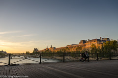 Accordionlpayer in the sunset (The Stiig) Tags: france blue bridge water riverseine accordion pontdesarts louvre sky fall sunset paris ledefrance fr