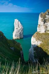 L'aiguille creuse d'Etretat // Normandie (tione76) Tags: normandie normandy etretat france nikon d5300 tione76 eau water blue bleu vert green sea mer ocan falaises cliffs horizon paysage lanscape nature herbe grass