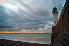 18:45 (Bould'Oche) Tags: saint valry en caux normandie france normandy plage sea mer clouds nuage sky ciel normand thomas maheut photographies amateur sony alpha 58 1855 phare lighthouse extrieur horizon galet stones