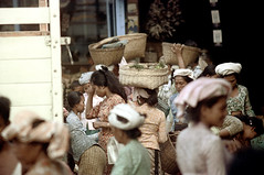 24-699 (ndpa / s. lundeen, archivist) Tags: street city people bali color film 35mm indonesia women basket market candid nick crowd citylife streetphotography streetlife busy southpacific baskets balance 24 1970s 1972 balancing indonesian carry carrying crowded streetmarket balinese dewolf oceania pacificislands nickdewolf photographbynickdewolf ontheirheads reel24
