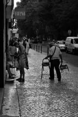 Cireur de chaussure (Meculda) Tags: lisbonne lisboa lisbon cireur rue flou voiture ville trotoire métier homme monochrome