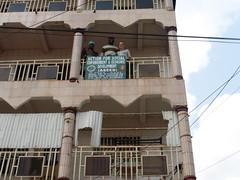 Dorcas, Louis und Janine auf dem Balkon von ASEED