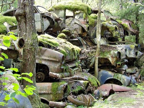 Certaines voitures sont tout simplement entassées les unes sur les autres