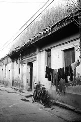 Beijing Hutong scene (Frhtau) Tags: china beijing   peoples republic   pinyin chn ji  tian an men centre city people worker sign chinese place chin chinoise lane hutong culture asia asian east country passers by   htong alley building traditional architecture gebude grass growing roof dach gras