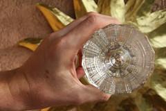 Tief im Glasauge, ein Weitwinkel (springfeld) Tags: tag271 365fotosorg glasauge sonne spiegel weitwinkel objektivgesehen glasboden pressglas hand sonnenstrahlen gold